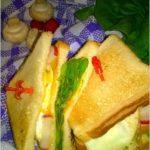 Chrupiące kanapki z warzywami, sadzonym jajkiem i musztardowo-ziołowym sosem