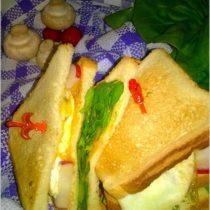Chrupiące kanapki z warzywami, sadzonym jajkiem i sosem musztardowo-ziołowym