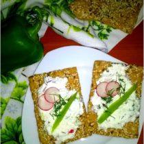 Chrupkie kanapki ze zdrową pastą koperkową.