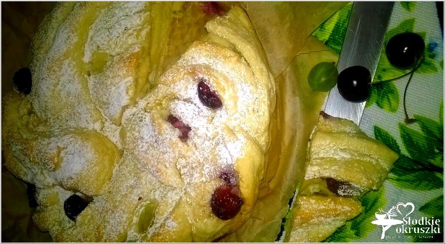 Drożdżowe ciasto wieniec z nadzieniem serowo kokosowym i owocami 2