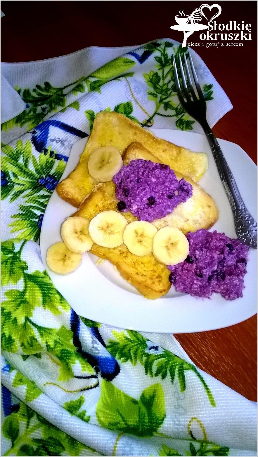 Francuskie tosty w otrębach z jagodowym serkiem i bananami. Pyszne śniadanie pełne smaku i barw.
