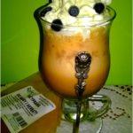 Kawa mrożona z lodami, bitą śmietaną i owocami