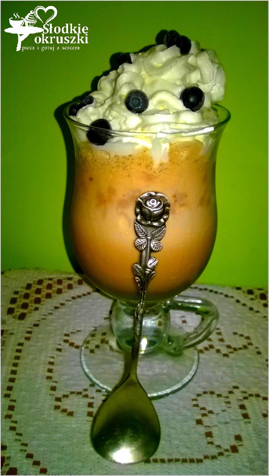 Kawa mrożona z lodami, bitą śmietaną i owocami.