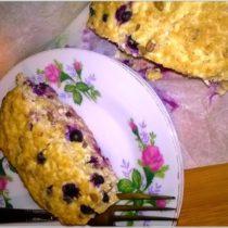 Owsiano twarogowe a la ciasto śniadaniowe z jagodami i migdałowymi ziarenkami
