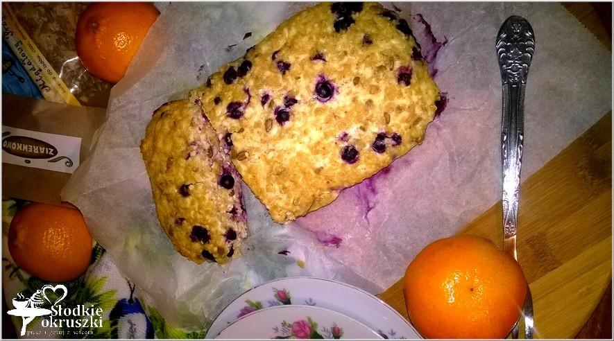 Owsiano twarogowe ciasto śniadaniowe z migdałowymi ziarenkami.
