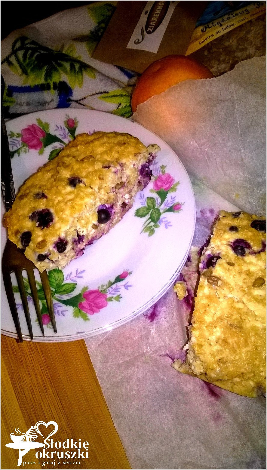 Owsiano twarogowe ciasto śniadaniowe z migdałowymi ziarenkami