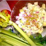 Pełna witamin i zdrowia sałatka z selerem naciowym, rzodkiewką i jabłkiem