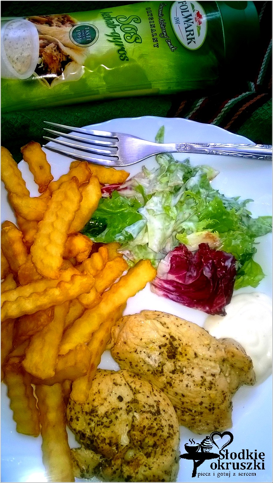 Pierś z kurczaka pieczona w piekarniku w ziołowo-cytrynowej marynacie podana z szybką surówką i sosem kebab-gyros