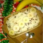 Pyszna zapiekanka ryżowa z bananami i migdałowymi ziarenkami