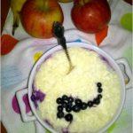 Ryżowo-twarogowa zapiekanka z jagodami. Pyszne zapiekane śniadanie.
