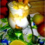 Szarlotka w pucharku. Pyszny deser jabłkowy z miodem.