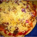 Szybka pizza z ziołowym kurczakiem
