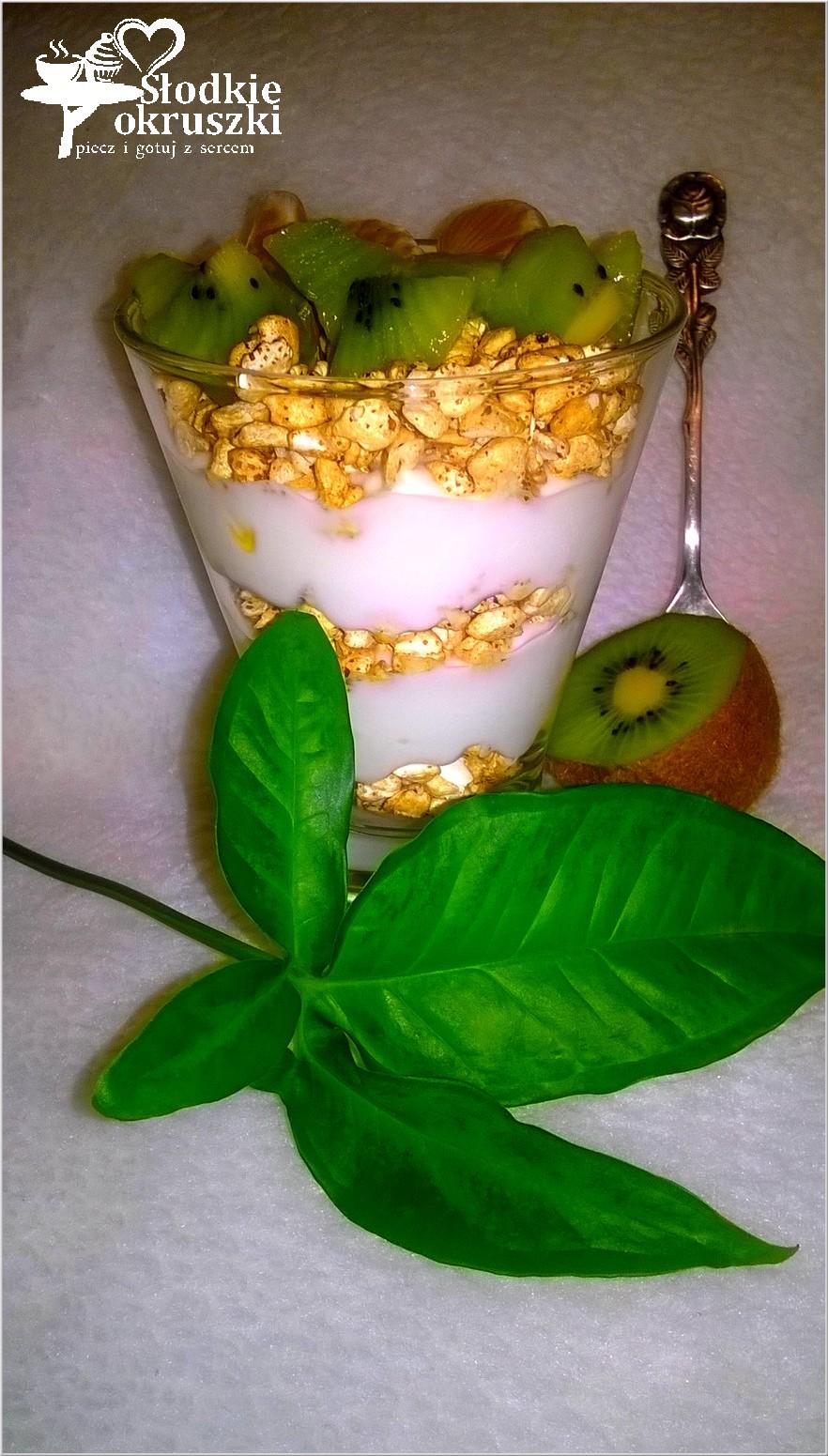 Warstwowy pucharek jogurtowy z gryką i owocami 2