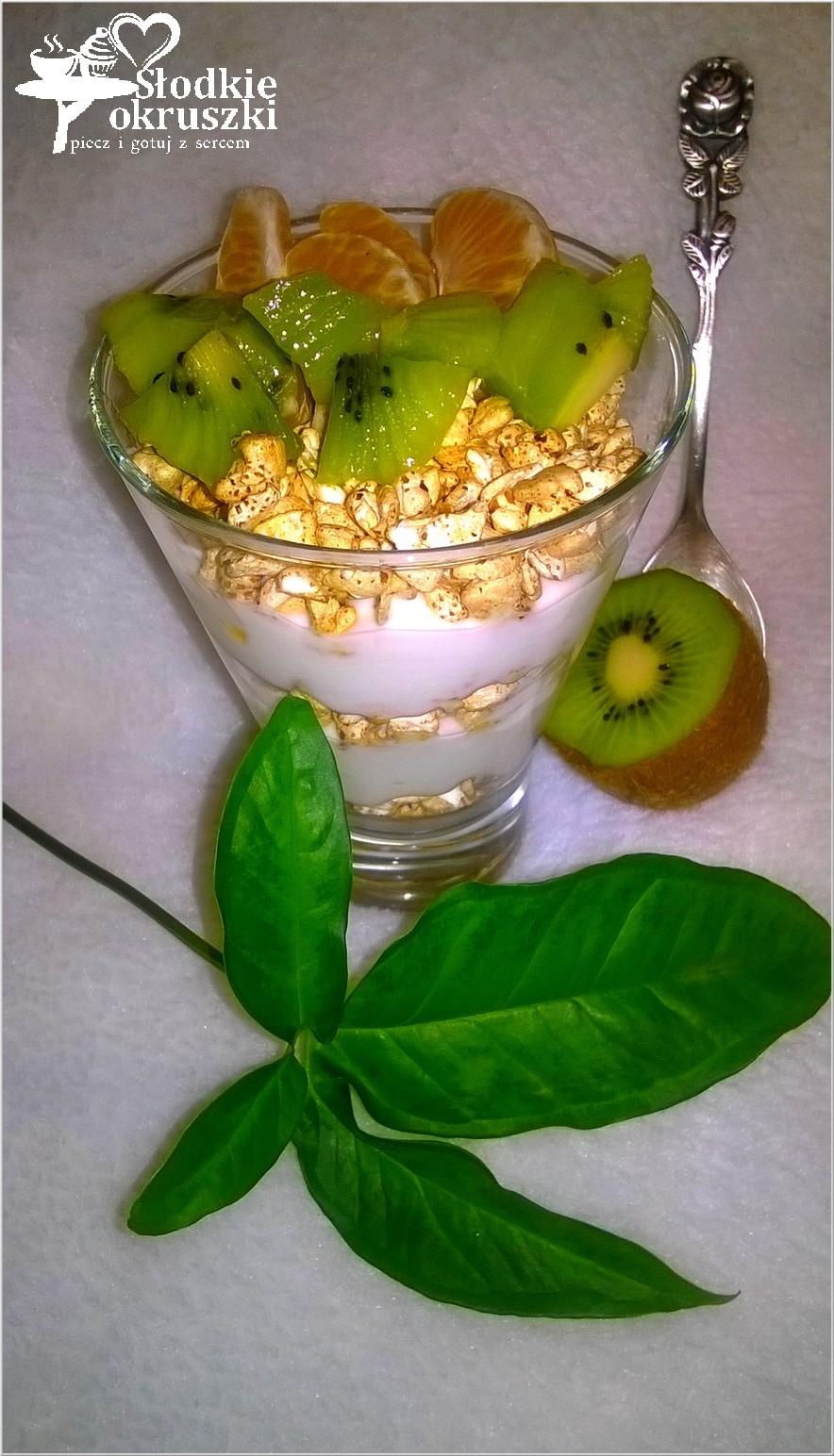 Warstwowy pucharek jogurtowy z gryką i owocami