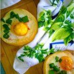 Zapiekana bułeczki z jajkiem, kurczakiem i przyprawami