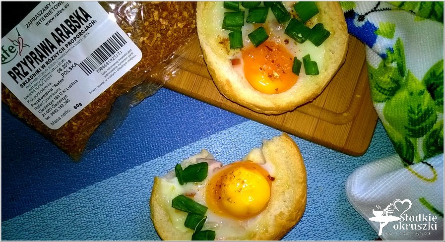 Zapiekane bułeczki z jajkiem, kurczakiem i przyprawami od Rafex