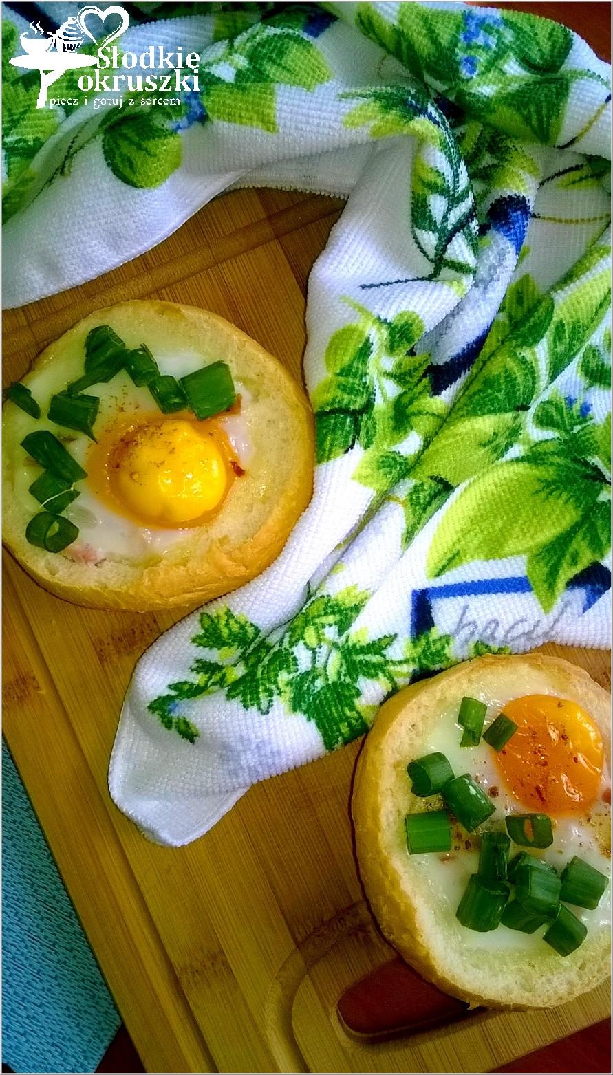 Zapiekane bułeczki z jajkiem, kurczakiem i przyprawami