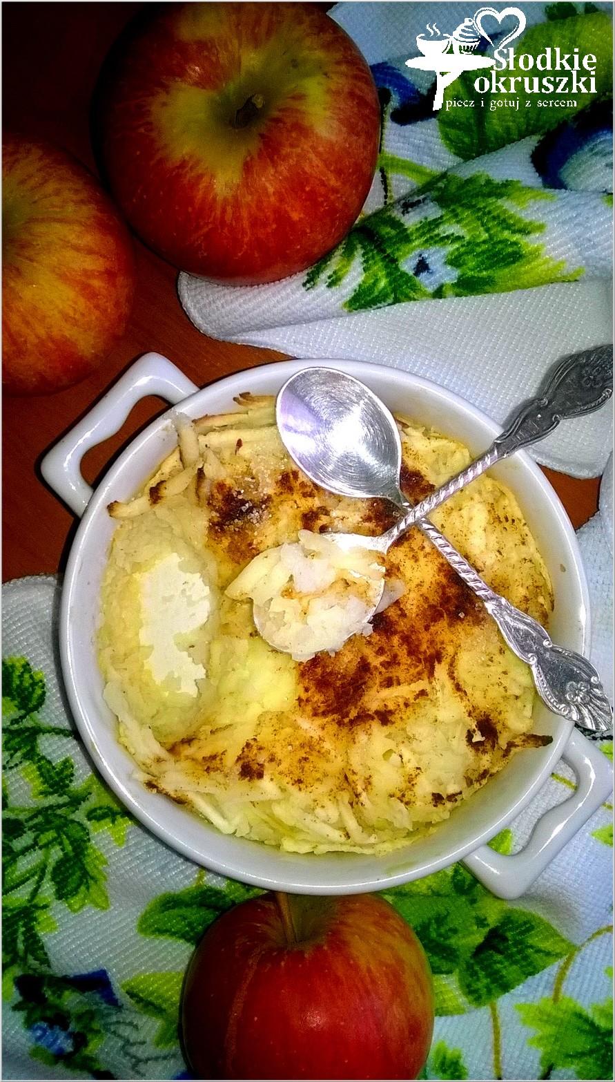 Zapiekany deser ryżowo-jabłkowy z cynamonem.