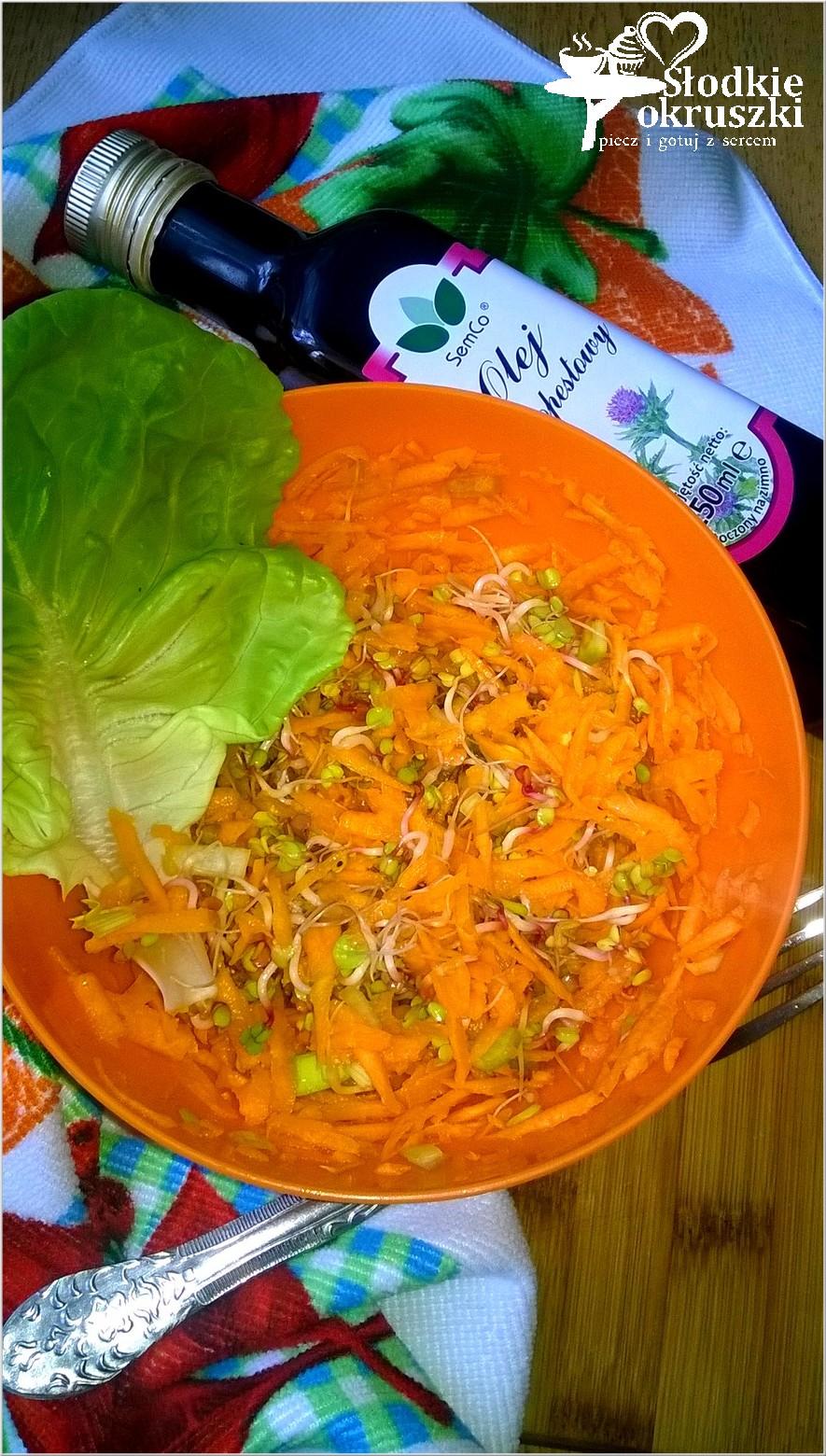 Zdrowa surówka marchewkowa z kiełkami i olejem ostropestowym SemCo