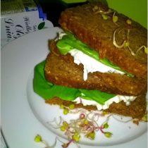 Zdrowe kanapki śniadaniowe z  pastą serowo-kiełkową (z dodatkiem oleju lnianego)