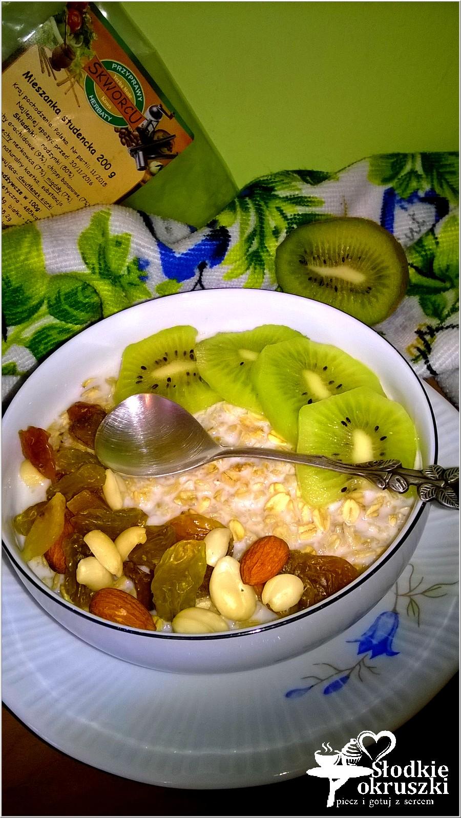 Śniadaniowa owsianka z kiwi i mieszanką studencką (1)