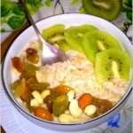 Śniadaniowa owsianka z kiwi i mieszanką studencką