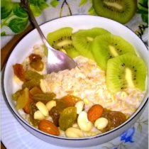 Śniadaniowa owsianka z kiwi i mieszanką studencką (2)