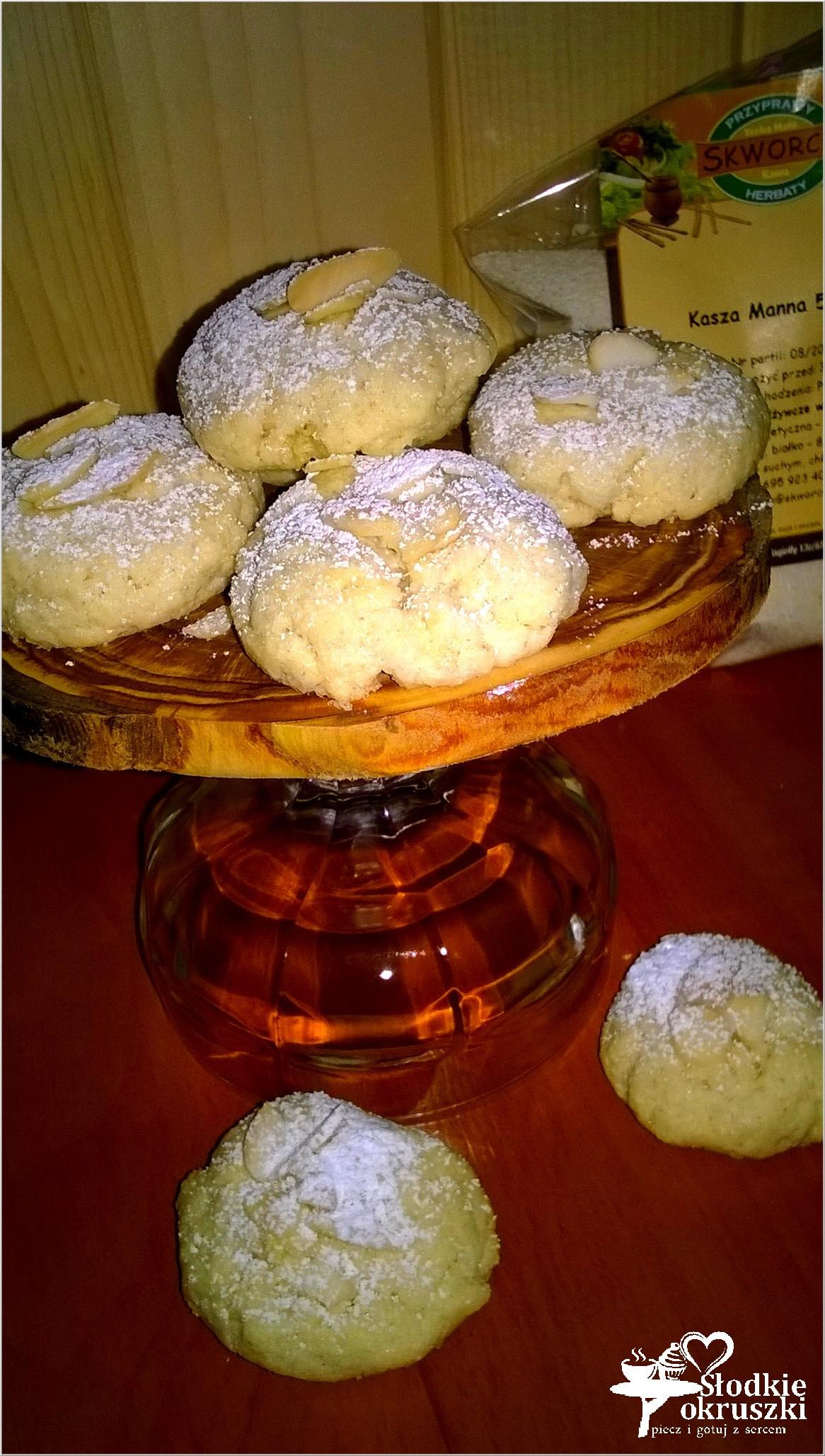 Delikatnie cynamonowe ciasteczka z kaszy manny z płatkami migdałowymi 2