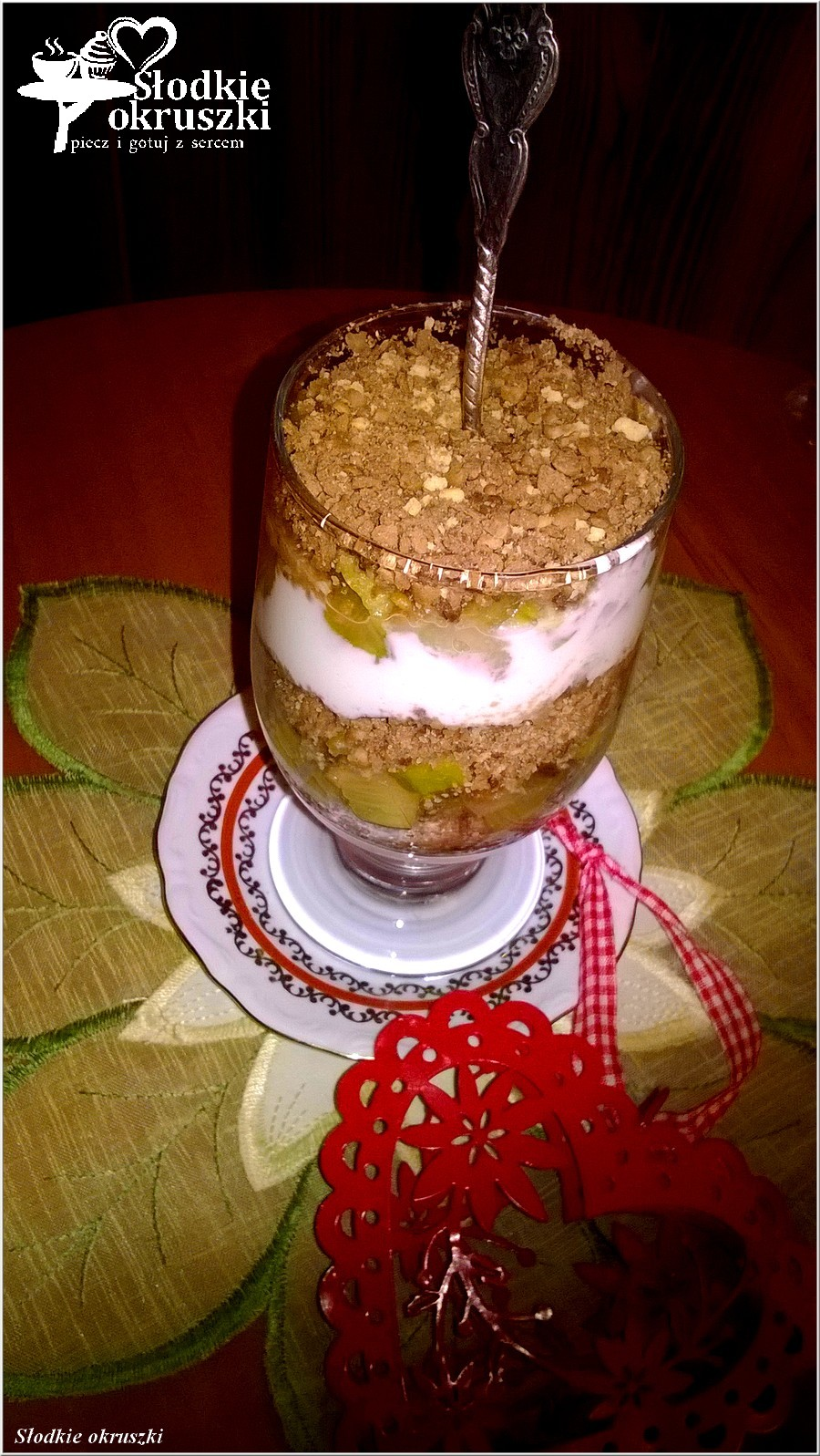 Deser warstwowy z rabarbarem i ciasteczkami (1)