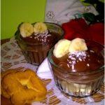 Domowy budyń czekoladowy z bananami i włoskim ciasteczkiem