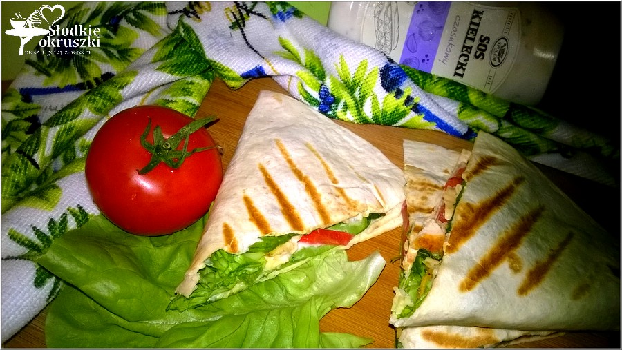 Grillowana tortilla z chrupiącym kurczakiem, pomidorem i dodatkami w sosie czosnkowym (2)