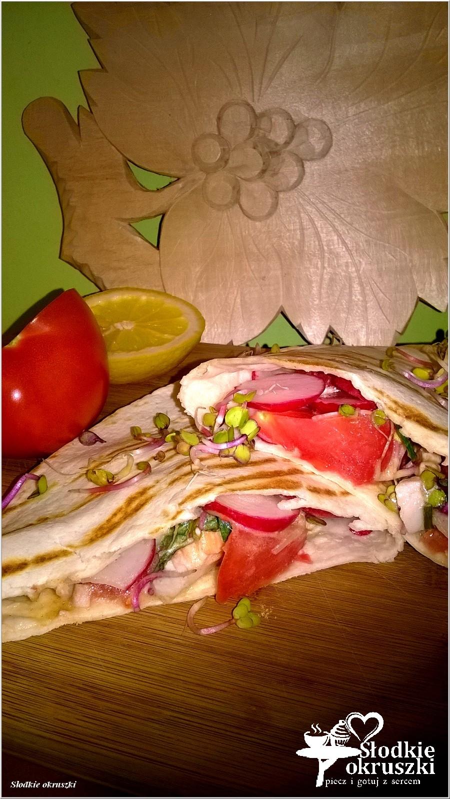 Grillowana tortilla z kurczakiem i warzywami w sosie musztardowym (1)