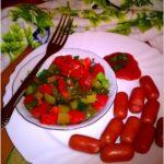 Kiełbaski z szybką sałatką z kiszonych ogórków i pomidora.