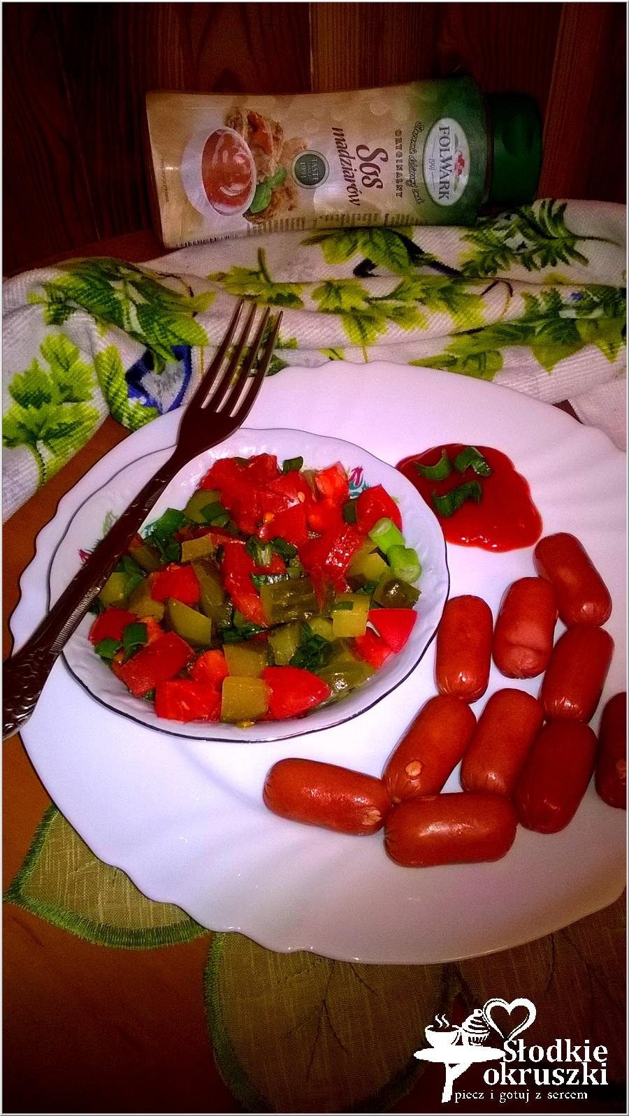 Kiełbaski z szybką sałatką z kiszonych ogórków i pomidora. (1)