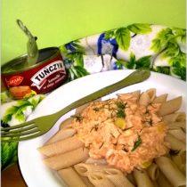 Makaron orkiszowy w lekkim sosie tuńczykowym. Danie fit.