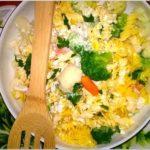Makaronowa sałatka (light) z warzywami w ziołowym jogurcie