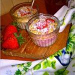 Miętowa owsianka pieczona z truskawkami