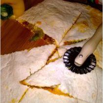 Nadziewana tortilla a la pizza z mięsem mielonym, serem i sałatą