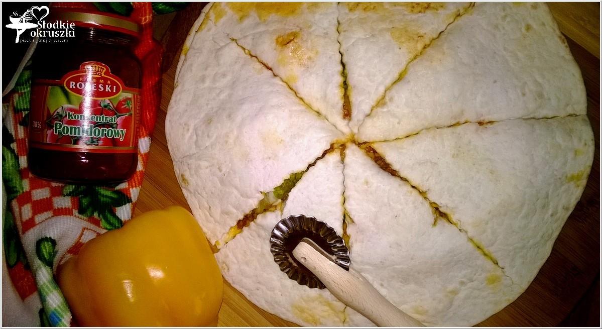 Nadziewana tortilla a la pizza z mięsem mielonym, serem i sałatą 3