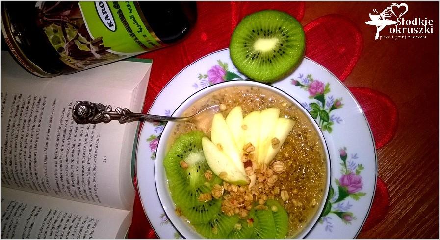 Owsianka z chia, melasą i owocami.