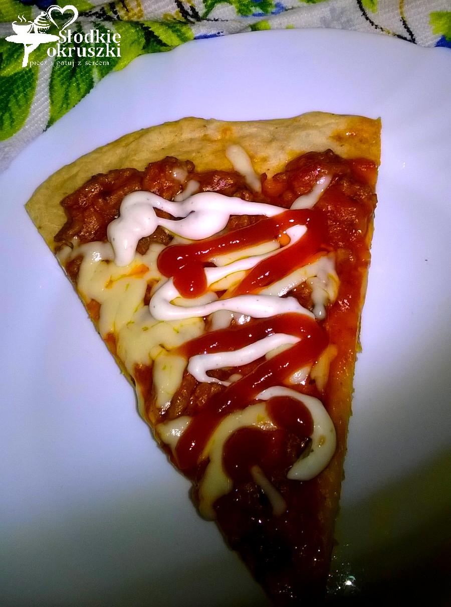 Pizza na ziołowym cieście z sosem bolognese