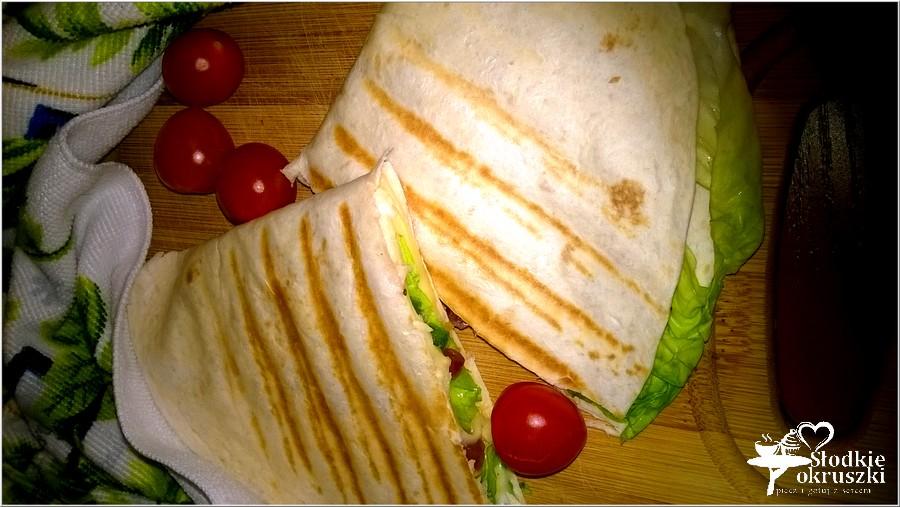 Pyszna grillowana tortilla z kabanosem i dodatkami (2)
