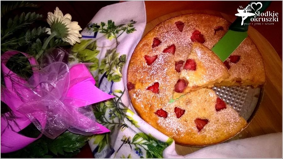 Pyszne ciasto z truskawkami (na owocowo-naturalnych jogurtach)