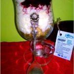 Pyszny pucharek ryżowy z pastą jagodową, crunchy i kokosem