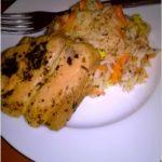 Ryż z marchewką podany z polędwicą z łososia