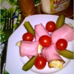 Sałatka podana w wędlinie z pomidorkami i ogórkiem