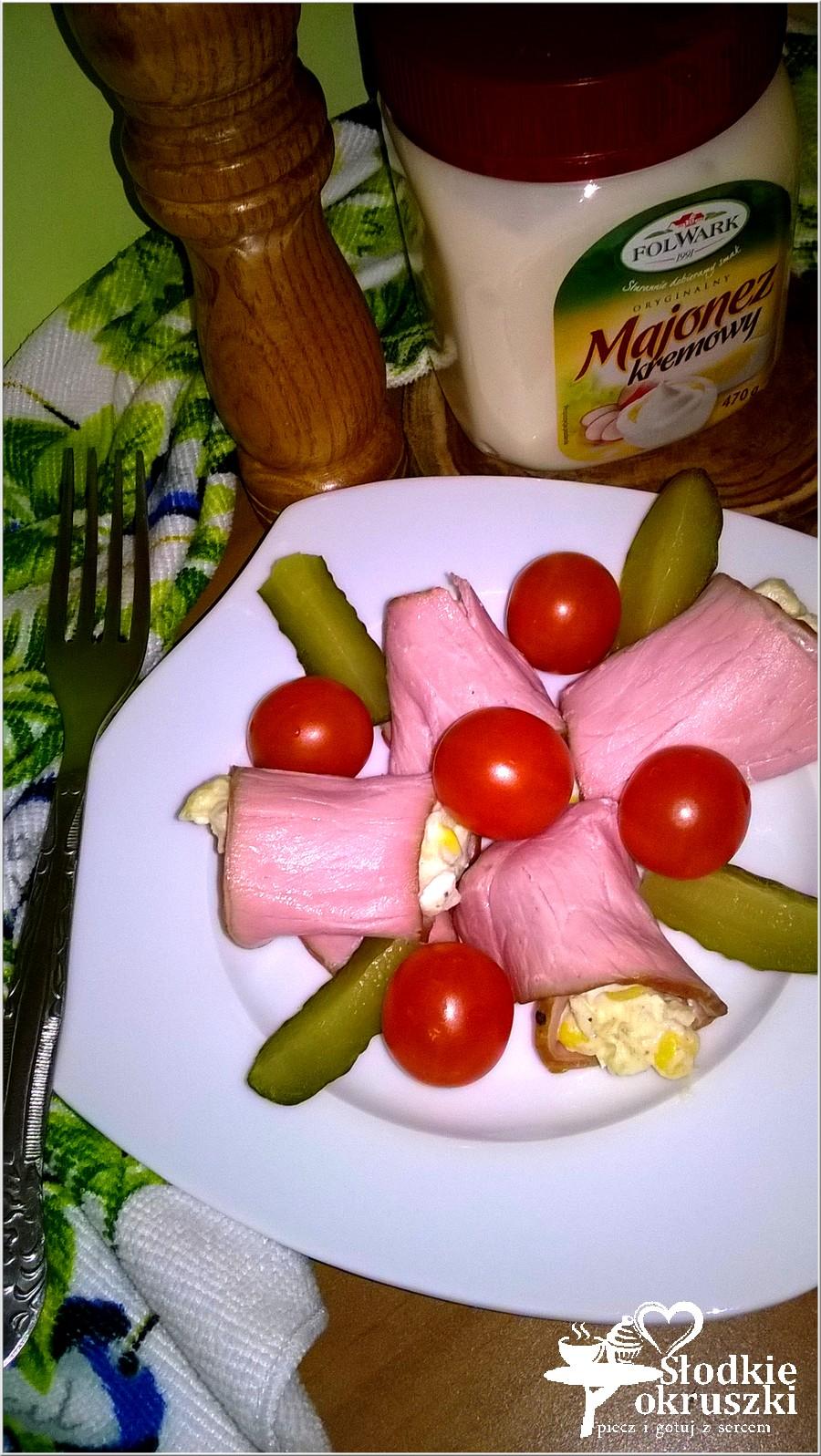 Sałatka podana w wędlinie z pomidorkami i ogórkiem (2)