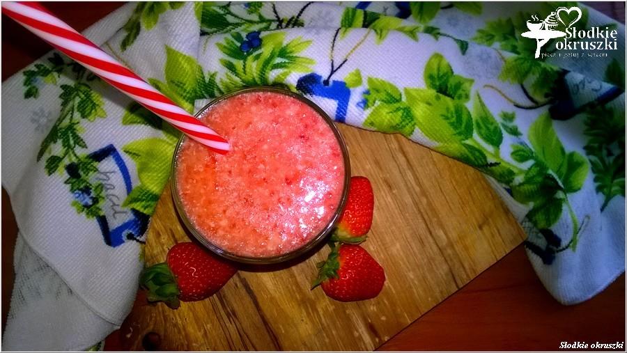 Smoothie z truskawkami, pomarańczą i olejem kokosowym. Pysznie i zdrowo. (1)