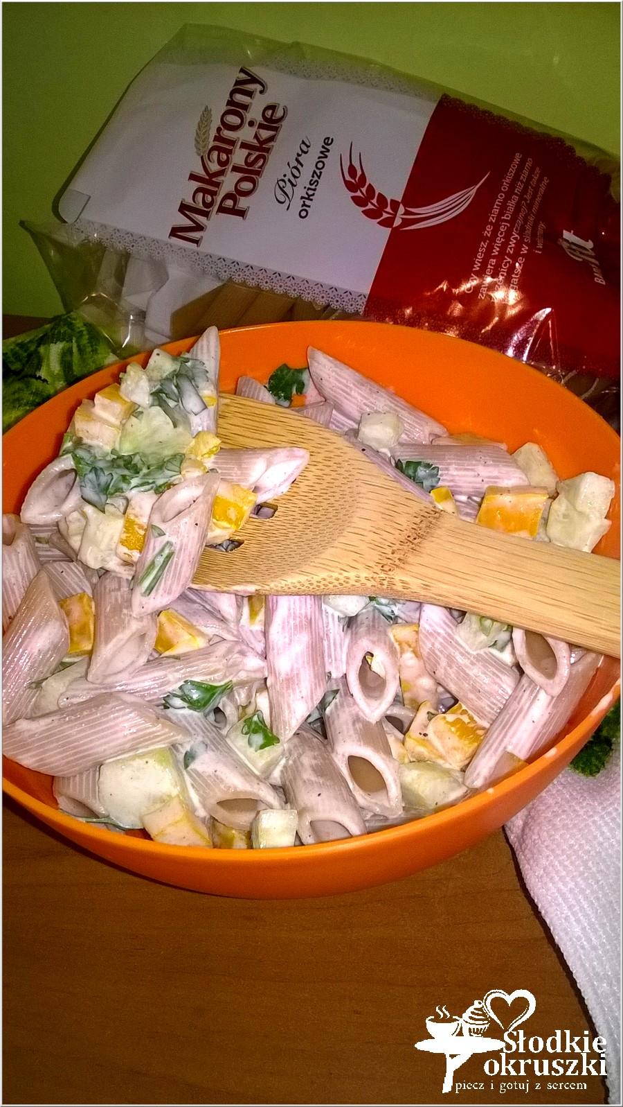 Szybka, lekka sałatka makaronowa z papryką i zielonym ogórkiem (1)