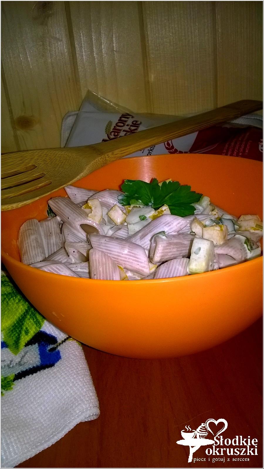 Szybka, lekka sałatka makaronowa z papryką i zielonym ogórkiem (2)